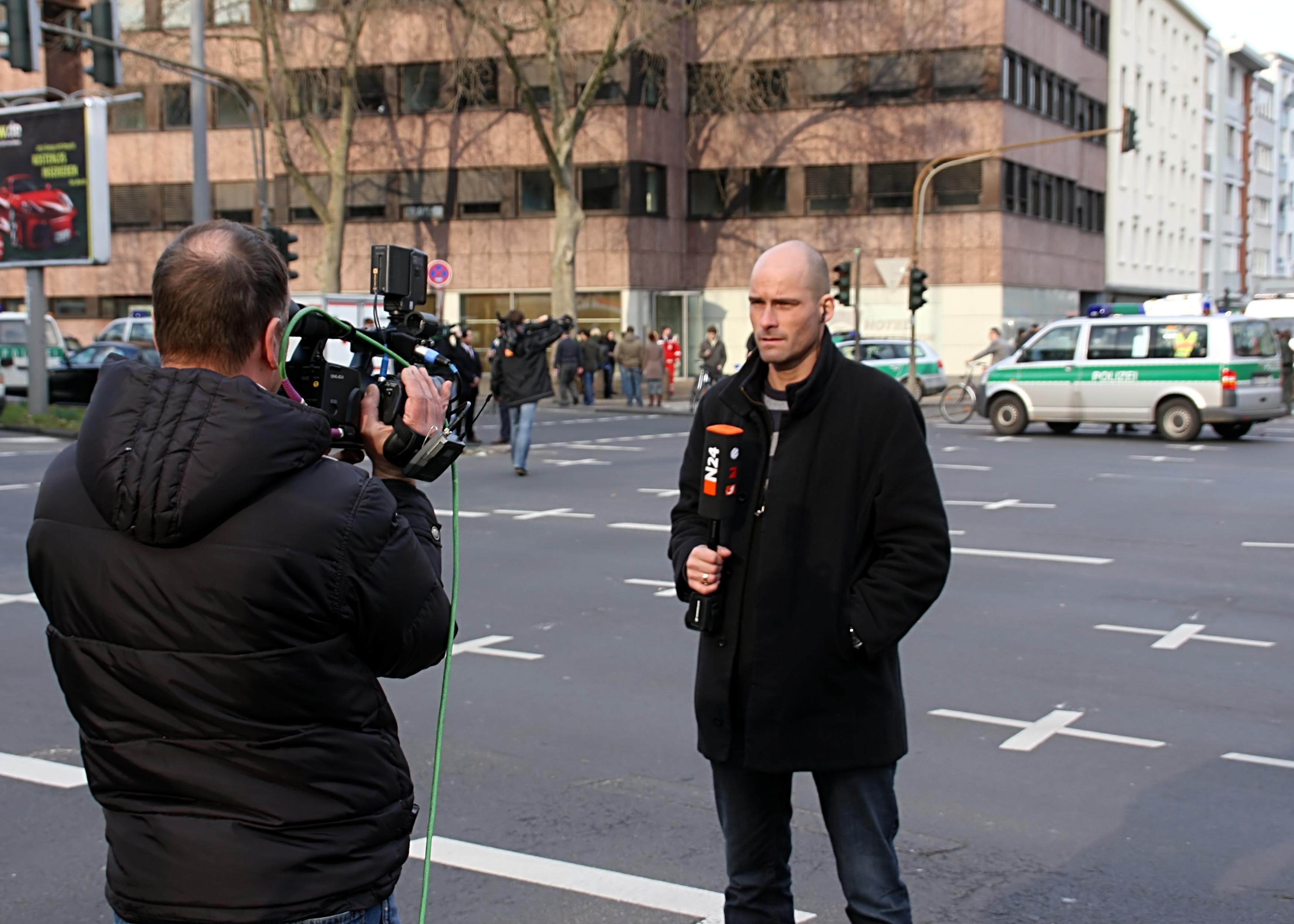 N24 Reporter mit Kameramann