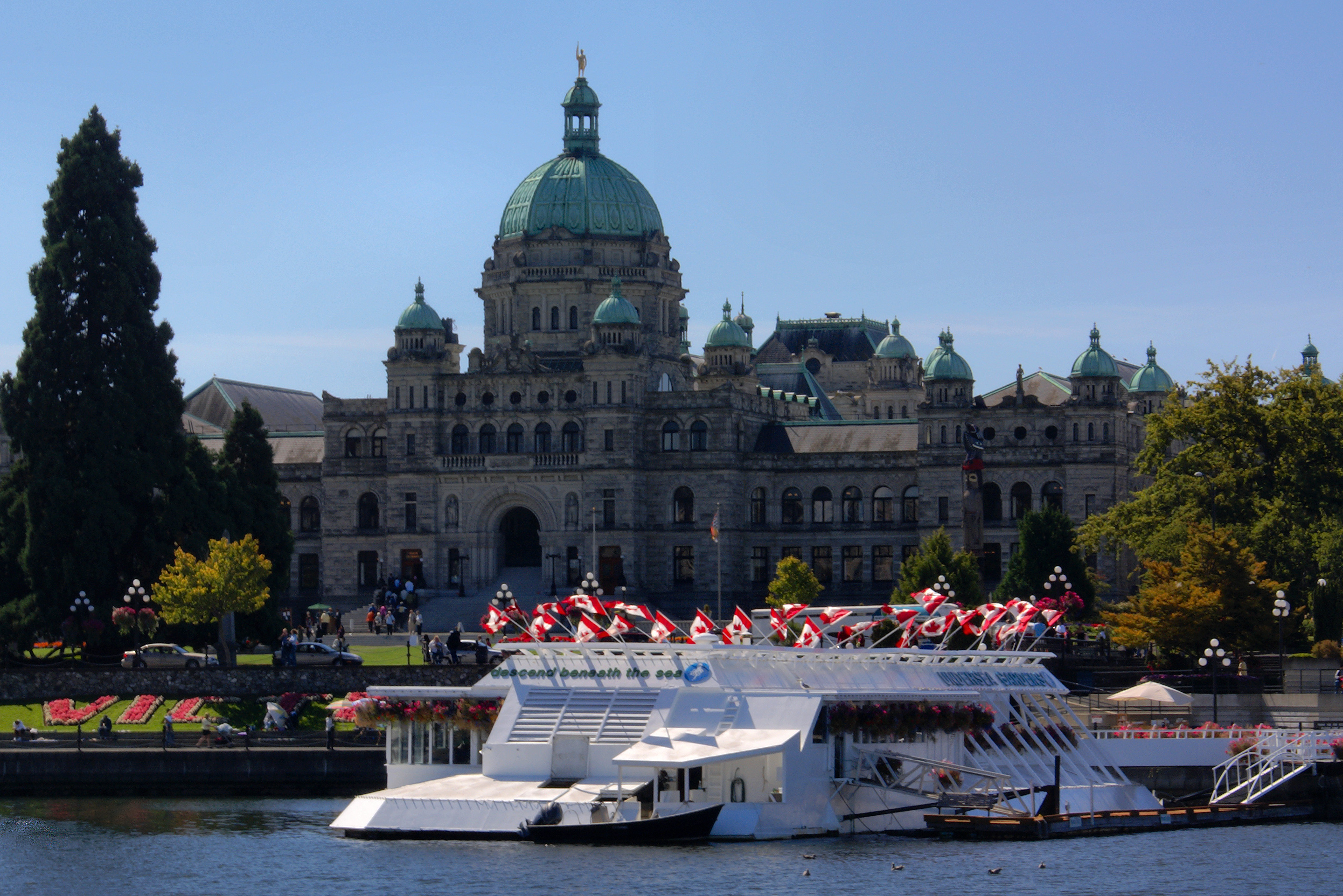 The Legislative Buildings, Victoria, BC. (Pacific Undersea Gardens also pictured.), Credit: Wikimedia Commons